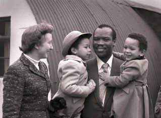 Virkelighedens Ruth og Seretse med deres børn Jacqueline og Ian i 1956. Seretse Khama blev i 1965 valgt som den første præsident i det selvstændige Botswana. Han døde af kræft i 1980. Ruth døde i 2002. Siden 2008 har Ian Khama været præsident i Botswana.