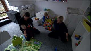 Pernille Halvorsen følger sine børn ind på værelset, men går igen, når de føler sig trygge i Ritas selskab.