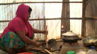 Senura Bagum laver mad i teltet.