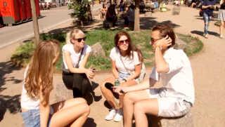 Charlotte (i midten) kan godt blive lidt bange for, hvor hendes billeder ender henne, fortæller hun.