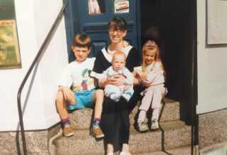 Første sommer efter, at Gorms fars døde. Billedet er taget udenfor hotellet i Svaneke.