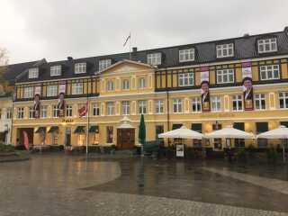 Her er det løsgænger og byrådskandidat i Silkeborg Teresa Jørgensen, der har sat valgbannere op på en hotelfacade.