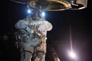 Astronaut på rum-vandring. Vi kender kroppens reaktioner 400 km fra jorden, men hvordan reagerer vi, når vi kommer længere væk i længere tid?
