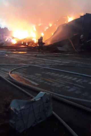 De op mod 30 brandfolk kæmper mod branden udenfor Støvring syd for Aalborg.