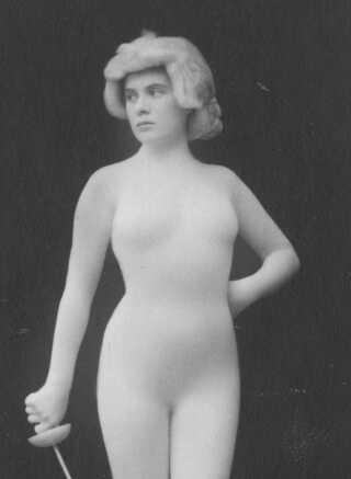 Den hudfarvede trikot blev brugt til at præsentere kroppen, som en levende statue i tidens varieteer. Men udtrykket blev opfattet som symbol på det moralske forfald af de kristne foreninger.