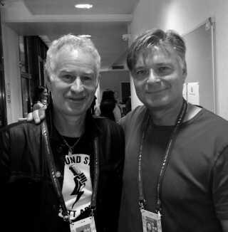 """Michael Mortensen her med den amerikanske tennislegende John McEnroe. Billede fra bogen """"Grus""""."""