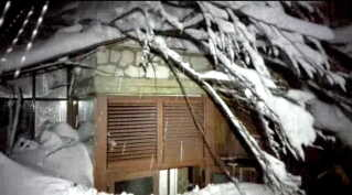 Billedet viser Hotel Rigopiano, efter lavinen begravede det i sne.