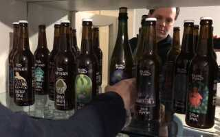 Tim Hyldal Sørensen er ejer og brygger på Hyldals Bryghus, der ligger langs Hærvejen i Bække ved Vejen. Hans øl bliver kun solgt i og lige omkring den kommune, han bor i - det er vigtigt at holde det lokalt, når man er et lille bryghus, mener han.