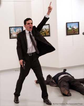 VINDERBILLEDET er taget i sekunderne efter drabet på den russiske ambassadør i Tyrkiet 19. december.