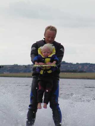 Tue var ganske lille, da han første gang var med på vandski med sin far. Her på billedet er han cirka 2 år gammel.