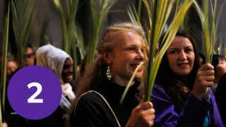 Palmesøndag er der optog i Jerusalem, hvor folk bærer palmegrene.