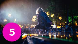 Forsanger i Dúné Mattias Kolstrup bøjer sig for det gennemblødte publikum under koncerten.