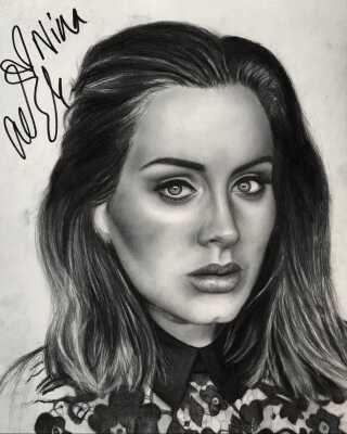 Adele-tegningen med hendes signatur.