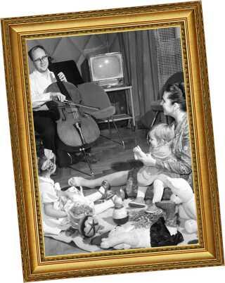 Rostropovitj og hans kone, operasangeren Galina Vishnevskaya var begge stjerner i Rusland. Her er de fotograferet hjemme med deres to døtre i 1959.