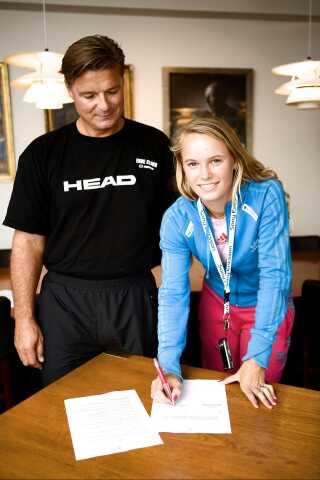 Caroline Wozniacki har underskrevet ny kontrakt med KB. som Michael Mortensen var cheftræner for i 2008.