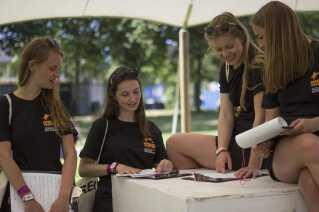 Studerende fra Civil Bygningsdesign på DTU har sat sig for at finde ud af, hvad der skal til for at folk donerer deres telt, smider det i affaldscontainere eller fx tager det med hjem, for i dag efterlader mange teltet tilbage på campingpladsen.
