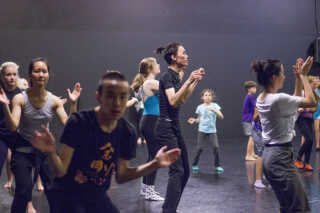 Billedet er fra den 13. verdenskongres i dans - World Congress of Dance and the Child International - daCi Dance 2015 - i København den 5.-10. juli 2015.  På kongressen fortalte danske forskere også om, hvordan børn kan danse sig ind i matematikkens verden.