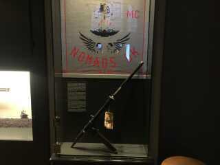 HA-rockeren 'Jønkes' mordvåben fra drabet i 1984 er en maskinpistol kaldet en stengun, som Politimuseet for nylig har fået indleveret, efter det er blevet gjort ubrugeligt af politiet. Det er nu en del af museets drabsrum.