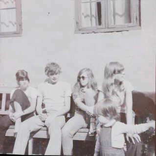 Fra venstre: Ida Kampmann (Dorrit Kampmanns søster), Jesper Sølling, Birgitte Bjerre og Dorrit Kampmann. Alle fire boede i Sofiegården. Drengen er gæst i gården.