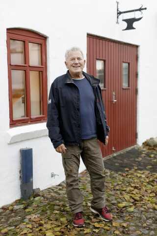 Arne Ledet-Larsen er en af ildsjælene bag Uhrentholdgaard og det gamle rugbrødsbageri. Tonen er frisk, når de mange ildsjæle går til hånde. Det kan mærkes på stemningen. Overalt bliver der grinet højlydt.