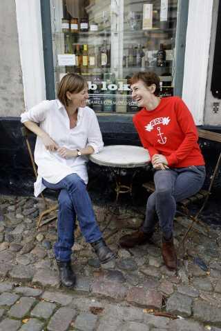 Louise Badoni (tv.) og Rikke Bisgaard Pelle (th.) tog initiativ til at opstarte den gamle købmandsgård for at forhindre butiksdød og skabe lokale fællesskaber.
