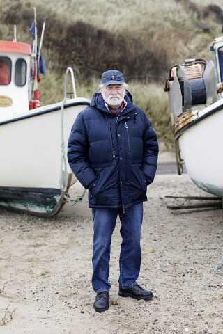 Svend Bjørnager foran båden Anne. Han kom til Lønstrup for mere end 30 år siden for at fiske. Nu kæmper han for at byen holder fast i sin maritime identitet.