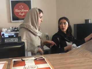 Golara Rooin instruerer en af sine 12 ansatte.