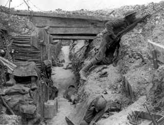 Efter 1. verdenskrig rejste mange mennesker til slagmarkerne, for at se, om de kunne finde nyt om deres kære.  Her ses en britisk soldat i en skyttegrav under slaget ved Somme i juli 1916 i Frankrig.