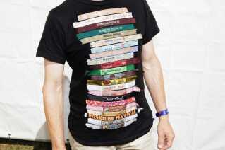 Gorm Christensen har været på så mange festivaler, at der ikke længere er plads på forsiden af den sorte t-shirt. Derfor er der syet tre armbånd på ryggen.
