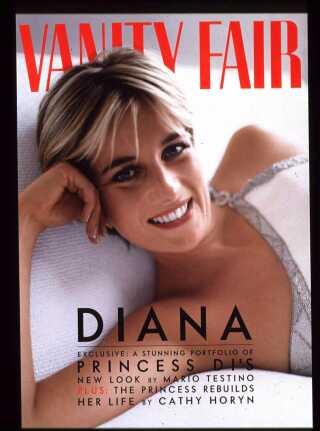 Sådan så det ud, da Mario Testino fotograferede Prinsesse Diana til forsiden af modemagasinet Vanity Fair tilbage i 1996.