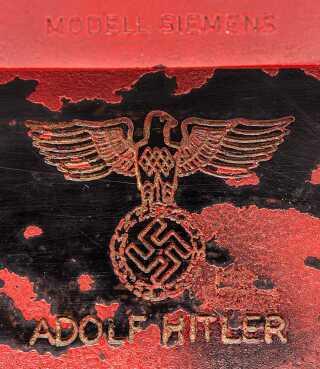 Adolf Hitlers navn blev indgraveret på den røde telefon.