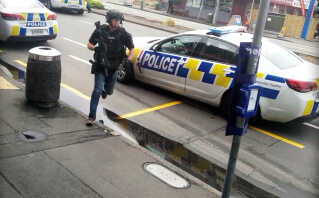 Video fra sociale medier viser politi i Linwood i Christchurch, New Zealand.