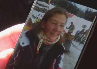 Palle Madsen viser et billede på sin mobiltelefon af Lone Serwin fra en skiferie, de sammen var på. Hun blev 51 år.