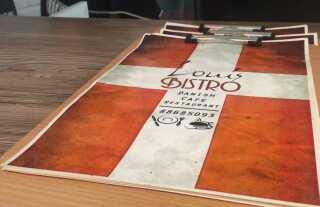 Dannebrog pryder menuen i Louis Bistro.