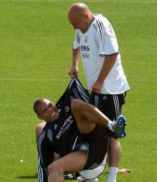 Gravesen løfter Ronaldo.