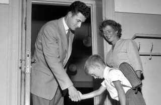 """Første skoledag på Virum Skole i august 1955. Finn bukker for sin klasselærer, H.J. Fischer. Efter forældrene er sendt ud på gangen, fortæller læreren, at det er sjovt at lære at læse og skrive, og at der også er tid til at lege, men at det hører til i frikvarteret. Klassen synger """"En lille nisse rejste"""" og """"Bro bro brille"""", hvorefter børnene råber et højt hurra for at starte i skole."""