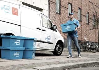 En medarbejder hos Gobox har afhentet et en række bokse, som en kunde har fyldt med ting, der ikke var plads til i hjemmet.