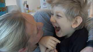 Valdemar Emgren er multihandicappet og bliver trænet og plejet derhjemme af sin mor.