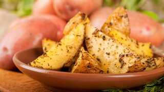 Hvis de skylles grundigt i vand, så indeholder kartoflerne mindre stivelse og dermed mindske risikoen for akrylamid i dem, forklarer Marie Steenberger.