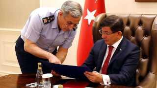 Premierminister Ahmet Davutoglu holdt lørdag møde i Ankara, hvor kommandør for de tyrkiske luftstyrker Akin Ozturk informerede ham om nattens aktion.