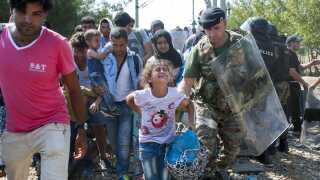En stor del af de flygtninge og migranter, der kommer til Europa, er børn og unge. Her på grænsen mellem Grækenland og Makedonien. AFP PHOTO / ROBERT ATANASOVSKI