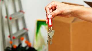 Det ér super hårdt at flytte, og det tager bare lang tid at falde til et nyt sted, forklarer psykolog Henrik Tingleff.