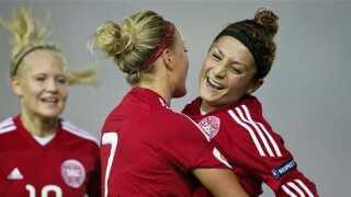 Nadia Nadim fejrer en scoring mod Armenien med Sanne Troelsgaard.