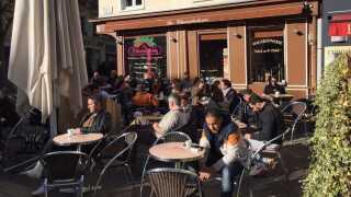 Trods angrebene går livet videre, her ved caféen La Chocolaterie.