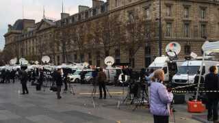 Alverdens medier er samlet på Place de la République i Paris.