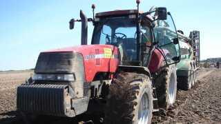 Tunge landbrugsmaskiner pakker jorden og er med til at true den danske muld.