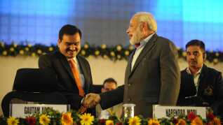 Gautam Adanis (v) forretningsimperium bygger i høj grad på politiske forbindelser. Her ses han i 2011 i selskab med Indiens senere premierminister Narendra Modi.