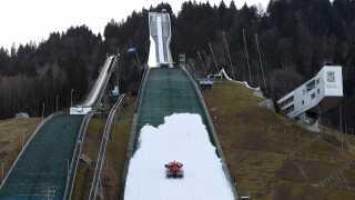 Det har været lidt småt med sne på den legendariske bakke Garmisch-Partenkirchen op til konkurrencen.