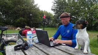 Henning Elsner har computeren med, når han rejser Danmark rundt med Felix. Et solcelleanlæg på cykelanhængeren gør, at han kan lade den op og opdatere sin Facebook-side.