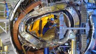 Stellaratoren har taget ni år at bygge. Den er konstrueret med en ufattelig nøjagtighed af 425 tons superledende materiale.